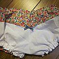 Culotte en coton fleuri rose orange vert bleu sur fond blanc - coton imprimé et lin blanc dans le dos - noeud de vichy marine devant et sur les fesses (6)