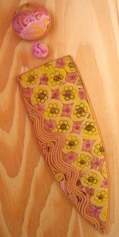 Hidden rose et jaune avec des arabesques : le marque page avec ce qui restait de pâte...