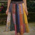 Une jupe en tissu souleiado,