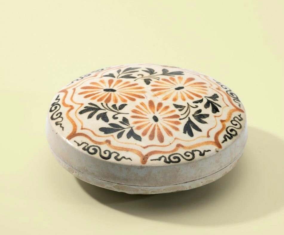 A Cizhou painted 'Chrysanthemum' circular box and cover, Jin dynasty (1115-1234)