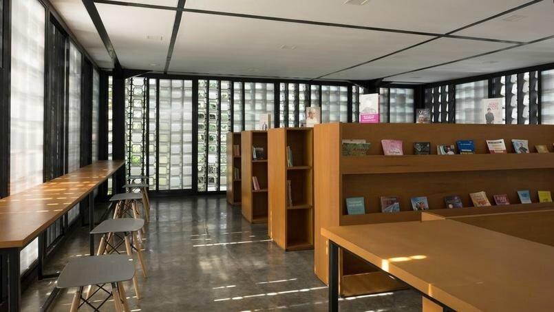 Une micro-bibliothèque construite avec des pots de glace