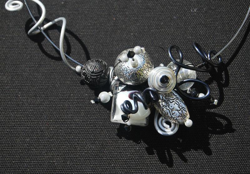 collier tour de cou noir et blanc bis