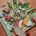 Salade de pissenlit, parmesan et oeufs mollets