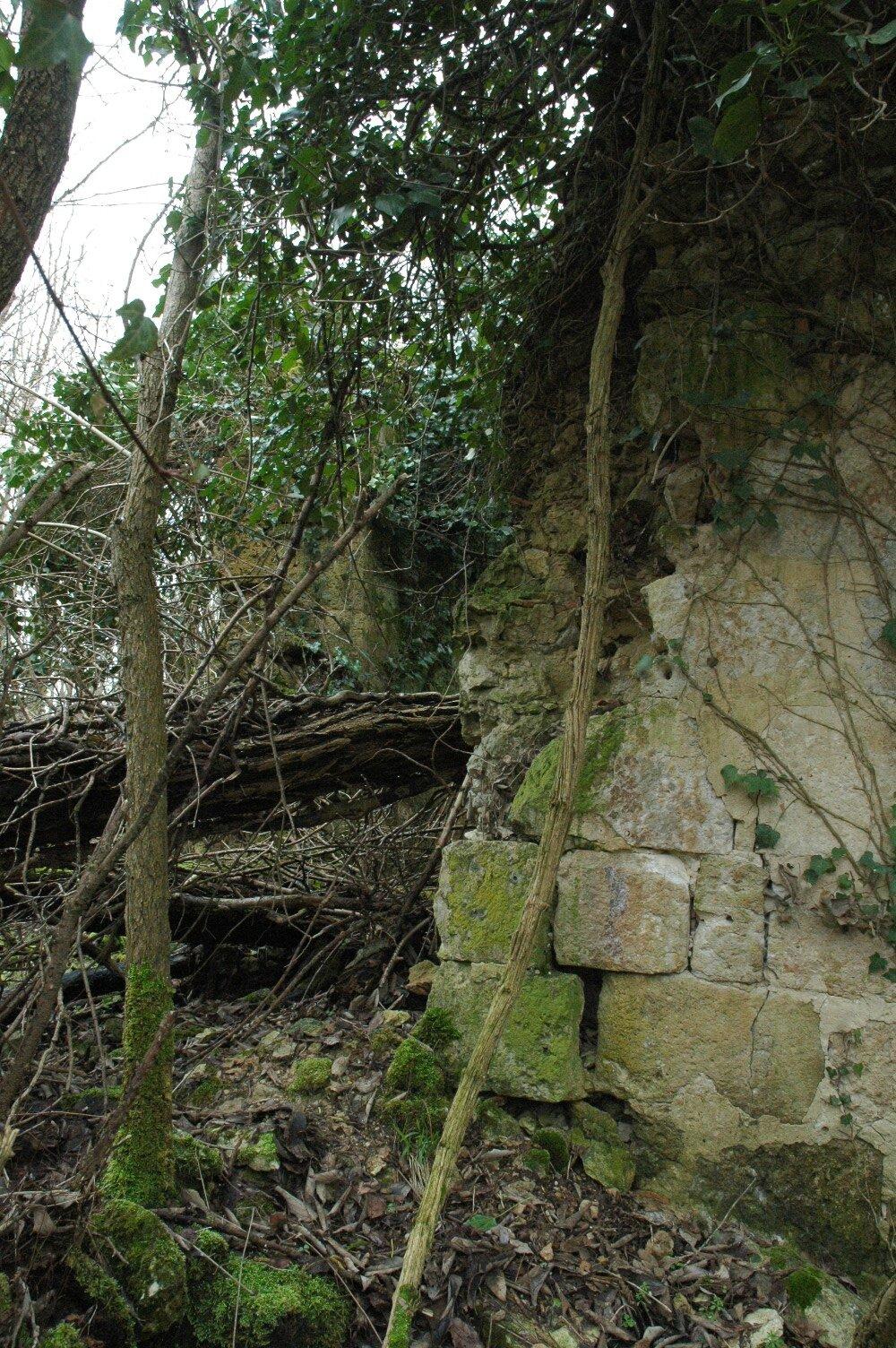 De plus près abside détruite par la chute d'un arbre