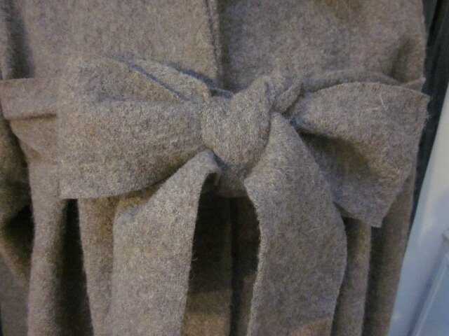 Manteau AGLAE en laine bouillie taupe chiné fermé par un noeud (3)