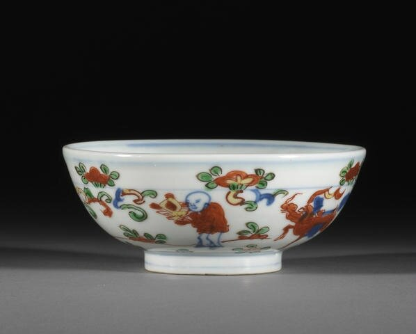 A fine small wucai 'boys and offerings' bowl, Wanli six-character mark and of the period. Photo Bonhams.