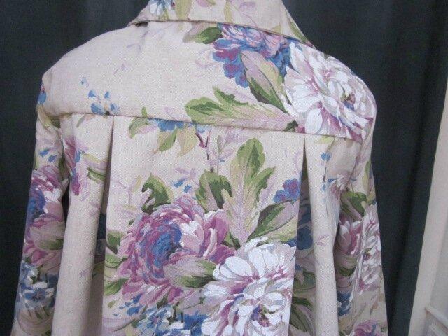 Manteau AGLAE en toile de coton beige fleuri violine et bleu, fermé par un noeud de coton violine (1)