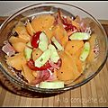 Salade au melon, à la tomate, au concombre et au jambon fumé
