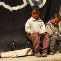 Enfants devant la porte du monastere