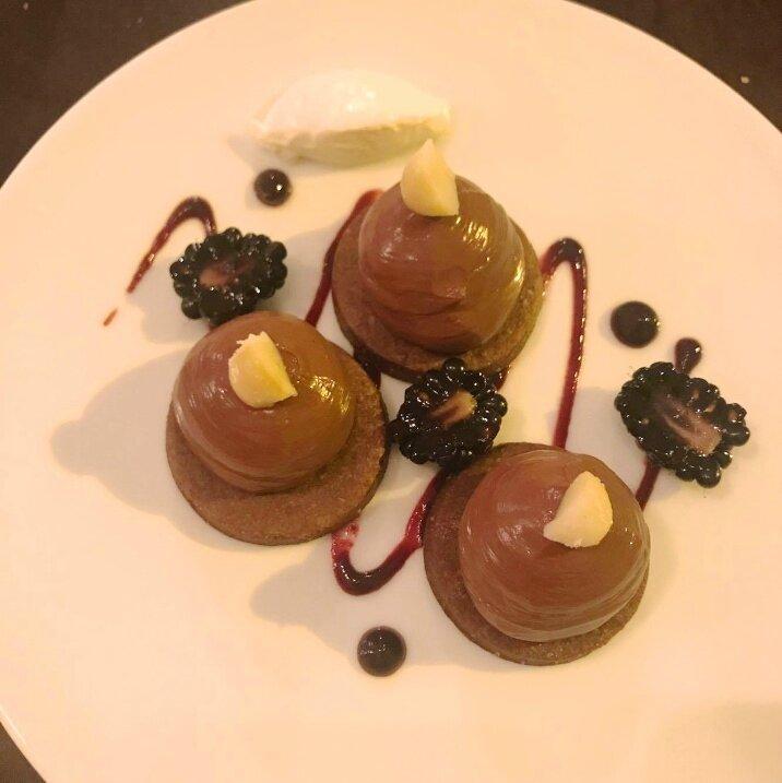 Tartelette au chocolat, Condiment mûres - hibiscus (1)