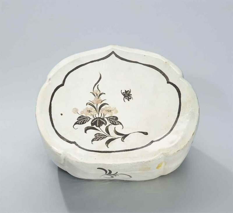 A Henan incised and painted polychrome 'butterfly' ruyi-shaped pillow, Northern Song dynasty (960-1127)