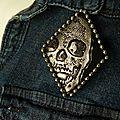 Broche au crâne: effet métallisé et texture cuir