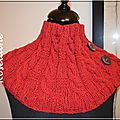 Un chauffe-épaules et des mitaines rouges au tricot
