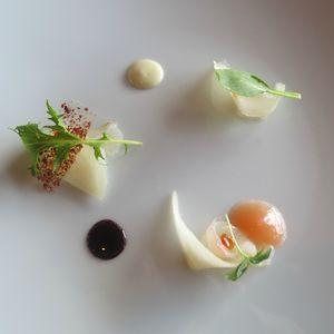 Le Ventre de l'Architecte Maigre poire marinade instantanée, sucre de bacon, chocolat blanc, neige combawa _ main de bouddha, sorbet wasabi (1) J&W