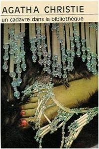un_cadavre_dans_la_bibli_M_1974