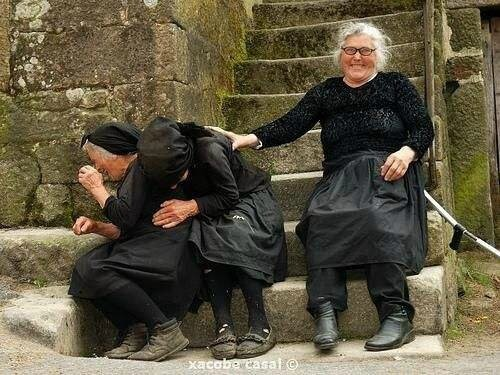 006 vieilles femmes en noir hilares