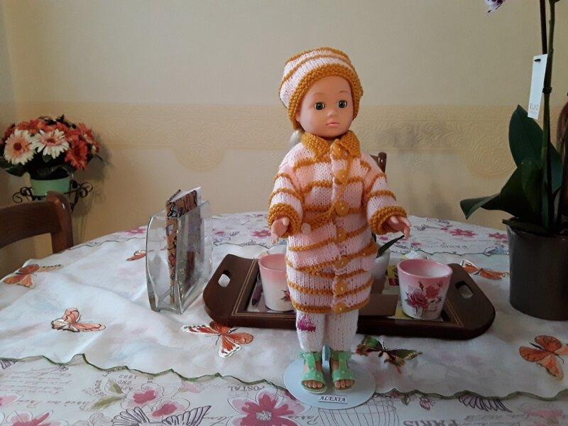 Alexia porte un joli manteau , son sac et son chapeau