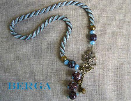 Collier crochet bleu pâle