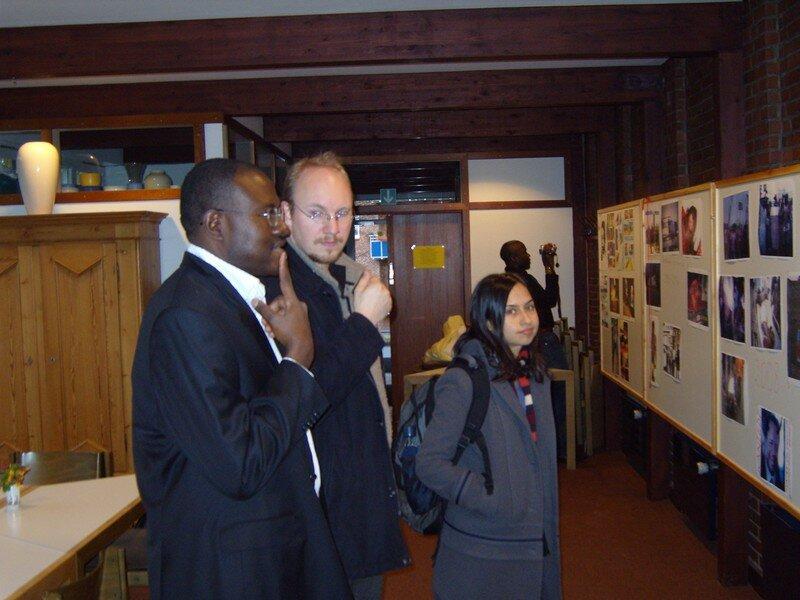 Tene Sop expliquant les photos de l'exposition aux invités
