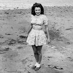 1943_Catalina_island_norma_jeane_at_beach_01_2
