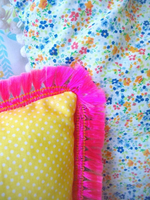 tissu-jeune-pois-blancs-galon-frange-rose-mexicain-pink-cushion-pillow-diy-tutoriel