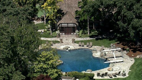The-Swimming-Pool-At-Neverland-Ranch-mari-33416494-500-281