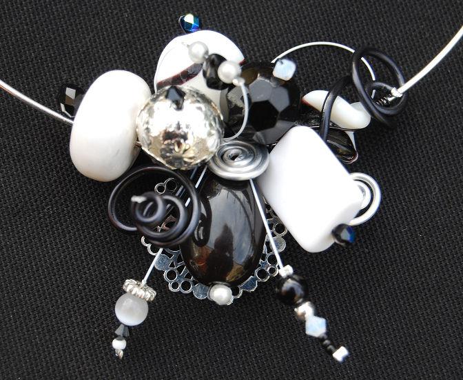 collier tour de cou noir et blaaanccprop 1