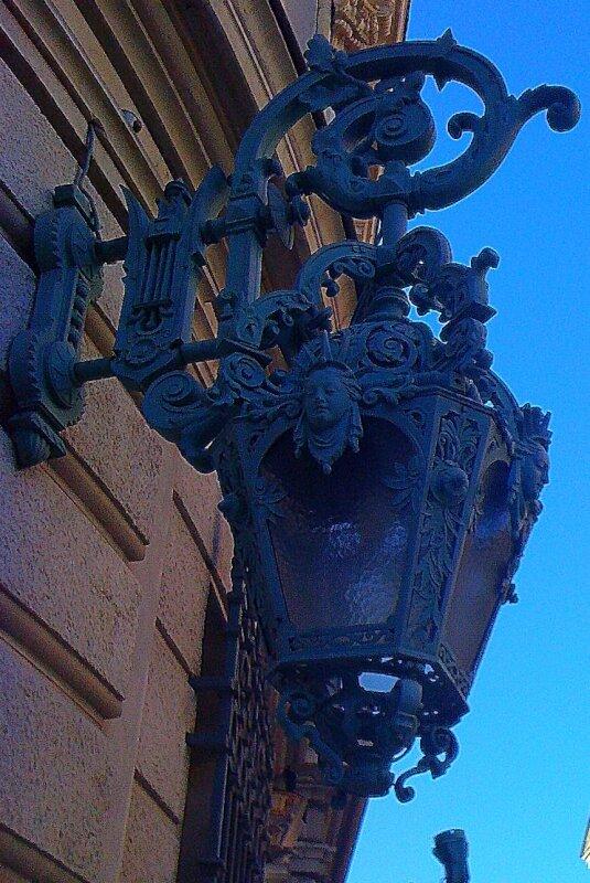 Un lampadaire de l'opéra, côté ville