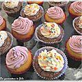 Duo de cupcakes : chocolat glaçage vanille, vanille glaçage violette