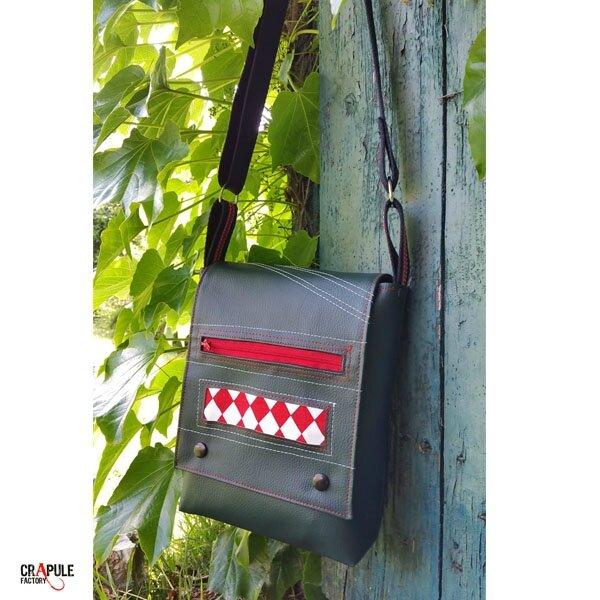 Sac besace de créateur pour homme original décalé vert bouteille poche avant zippée losange rouge blanc vintage CrApule FActOry boutique en ligne : www.crapule-factory.com