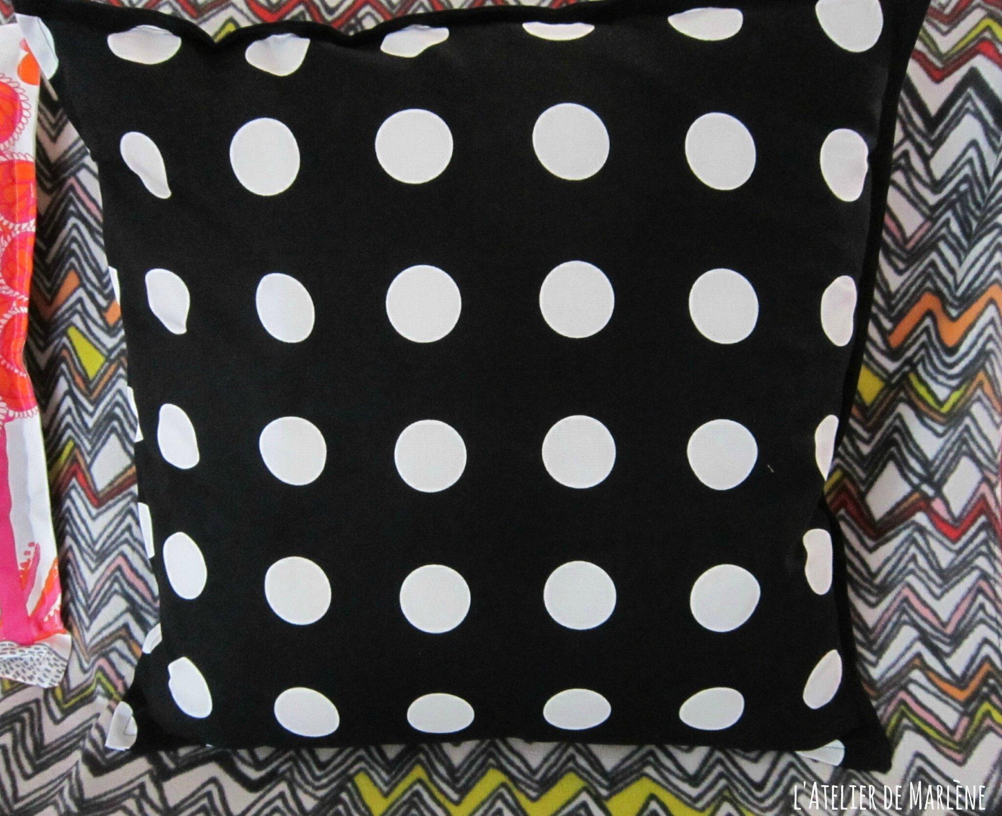 coussin carré noir pois blanc