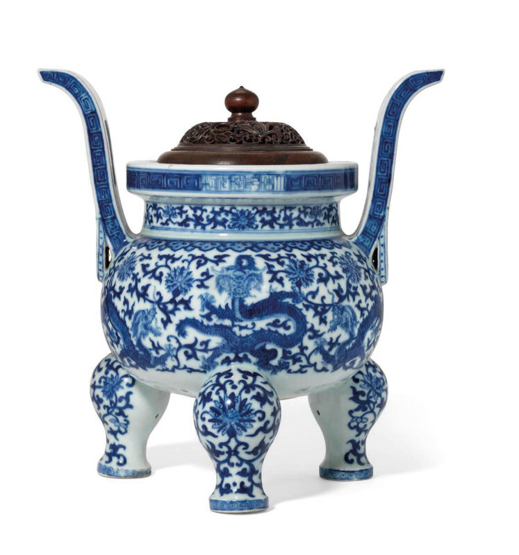 A blue and white tripod censer, Qianlong six-character seal mark in underglaze blue and of the period (1736-1795)