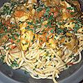 Nouilles chinoises à la dinde, oignons, poivrons et carottes.