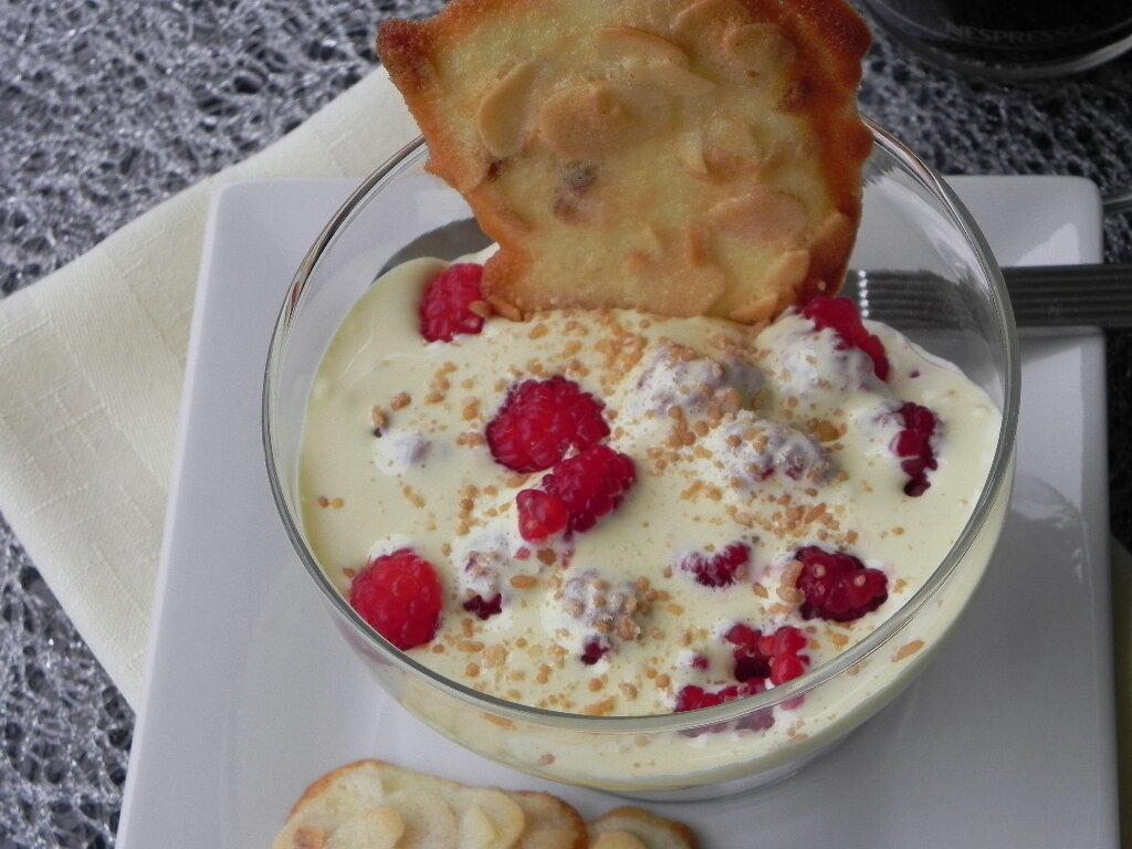 Sabayon à l'eau de rose sur framboises fraîches, sans gluten et sans lactose