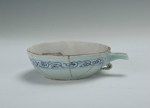 Blue-and-white vessel 'Yi' with the design of chrysanthemums, Yuan Dynasty(1271-1368)