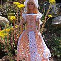 Dolly en robe bustier et bas ajouré