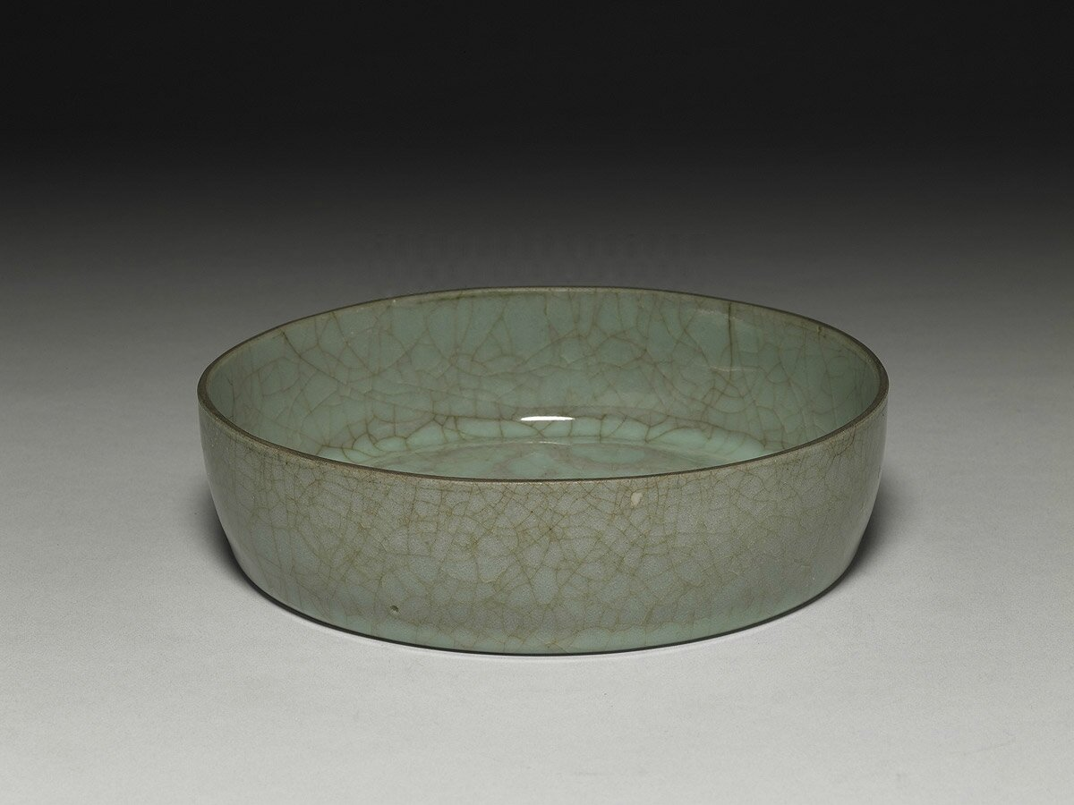 Dish with dragon pattern in celadon glaze, Guan ware, Southern Song Dynasty (12th-13th century)
