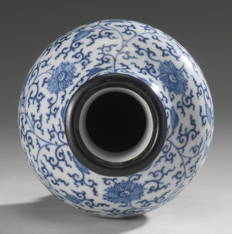 A penciled blue and white 'Lotus' small vase, Qing dynasty, Kangxi period (1662-1722)2