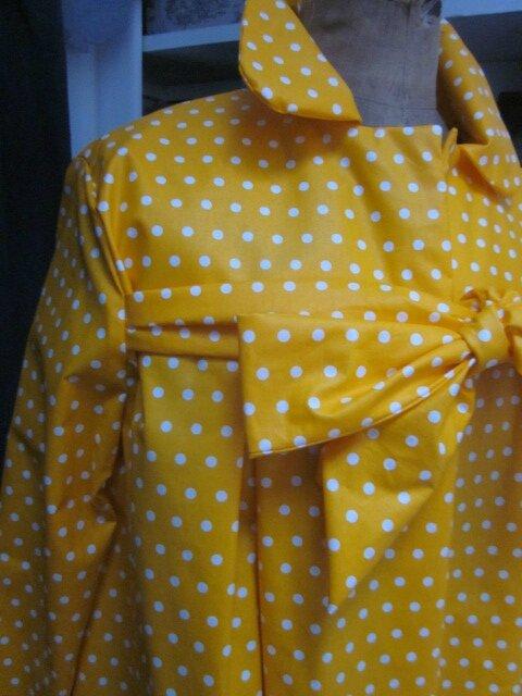 Ciré AGLAE en coton enduit jaune soleil à pois blancs fermé par un noeud dans le même tissu (5)