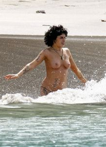 amy_winehouse_topless_2_13