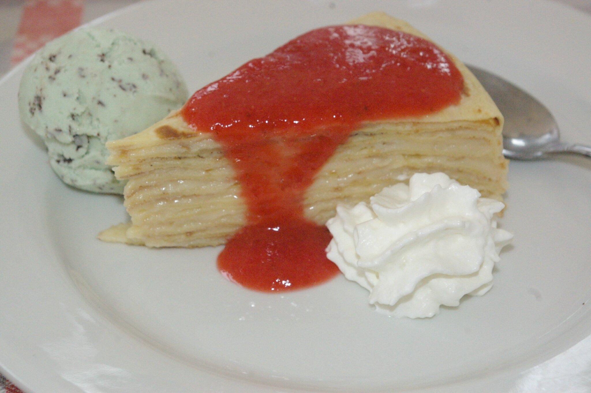 Gâteau de crêpes et son coulis de fraises