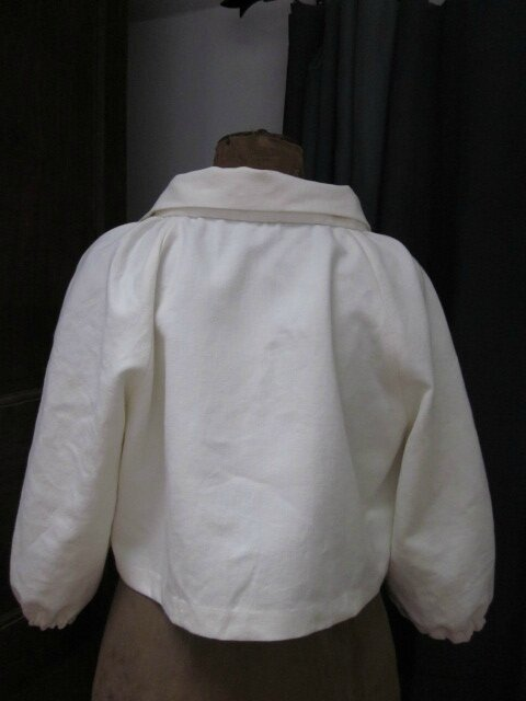 Veste en lin écru froncée sous un large col, manches trois quart raglan (6)