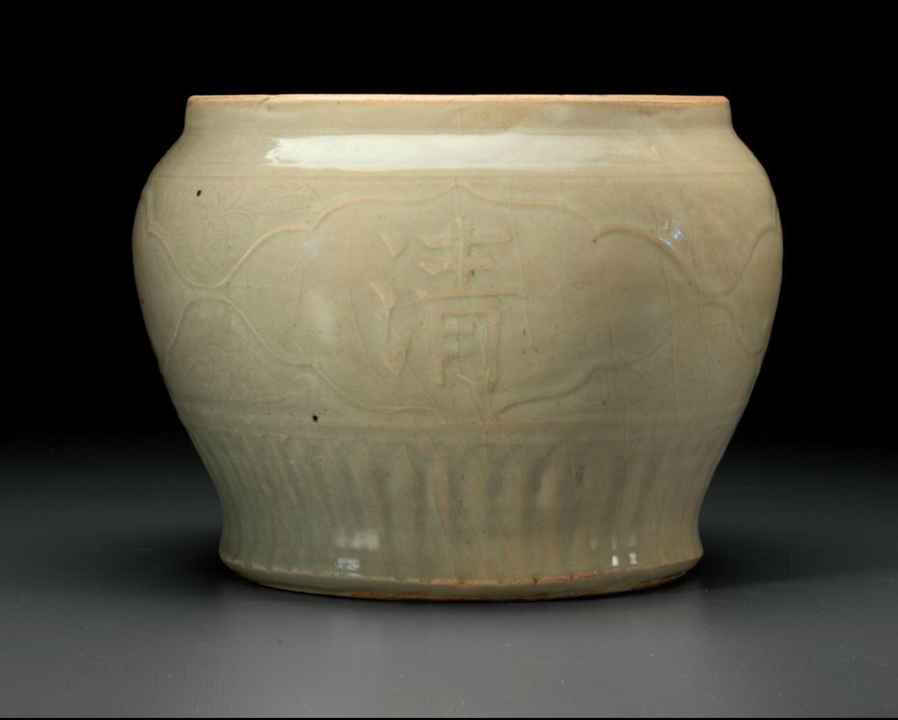 A large Longquan celadon jar,guan,Ming dynasty, 15th-16th century