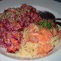 Pâtes au saumon cru et salade de choux rouge