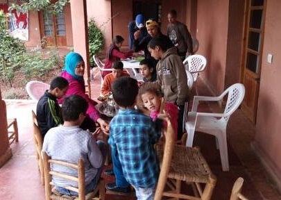 Fatima et la table de jeu des plus jeunes