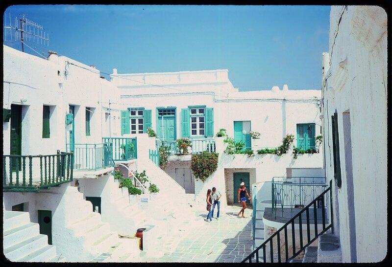 village cour grecque