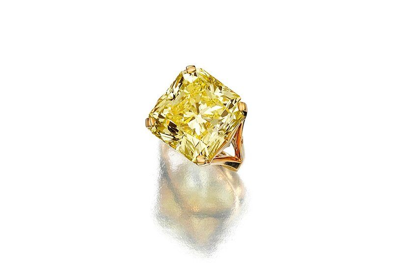 A fancy colored diamond ring weighing 16