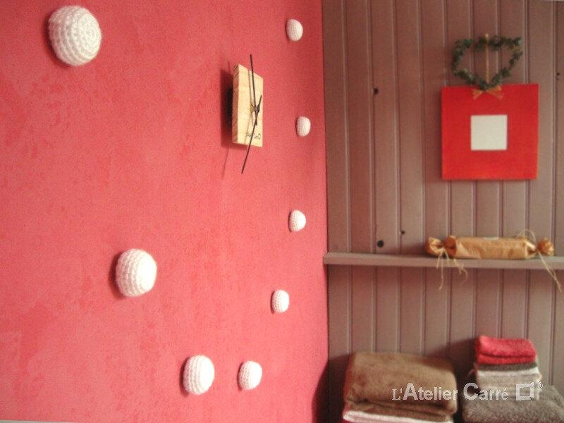 horloge-bois-et-boules-crochet-blanc-detail