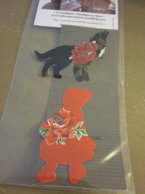 Carte de 2 pinces à cheveux - l'une étant le Loup en coton noir fleuri rouge - l'autre étant le Chaperon Rouge en coton rouge fleuri
