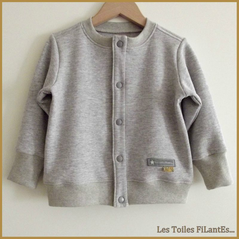 Salopette moutarde et tee-shirt gris assorti5
